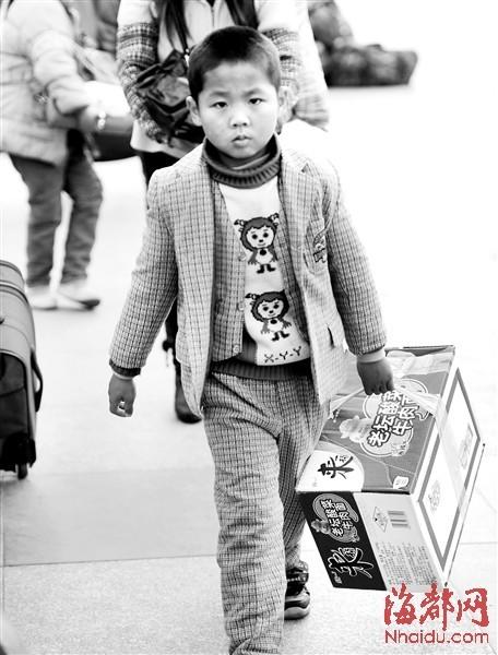 福州火车站一群当家的小鬼 正演绎着回家Style