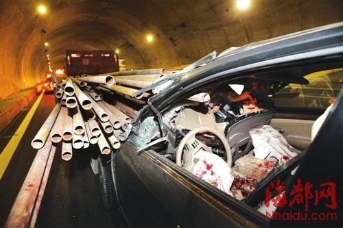 福州三环路两车追尾引惨剧 数十根钢管刺穿小车