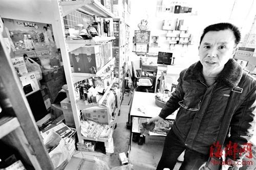 抢匪闯进食杂店抢钱 老板娘胸部被捅一刀