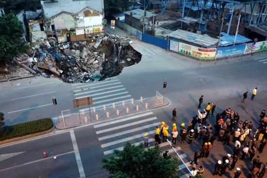 广州发生地陷 路边商铺陷落