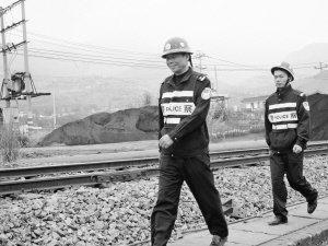 老林带领年轻民警巡查线路。通讯员 朱龙飞 摄