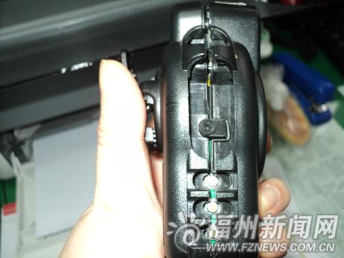 图说:被摔的执法记录仪重新组装后,仍有一条清晰的裂缝。