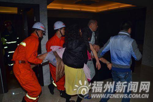 消防人员抬出被困女子