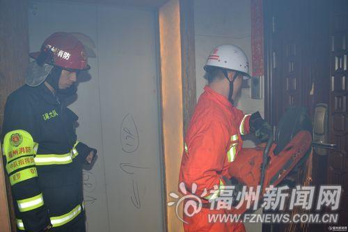 消防人员破拆防盗门