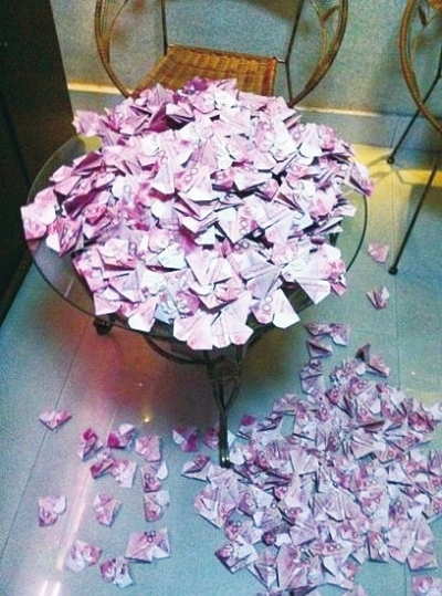 男子情人节用百元钞票折520颗爱心送妻子