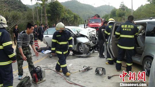 漳州诏安两轿车相撞致2死11伤,图为事故现场一片狼藉。 陈永怀 摄
