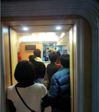 微博网友@瓜爸来了称车子超员严重,列车长要我们下车去对面坐红皮特快车。
