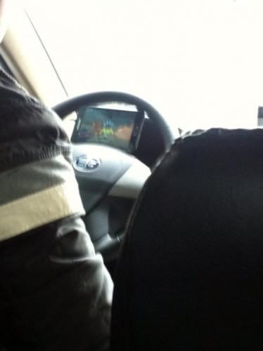 福州的哥边开车边看手机动画 吓坏乘客