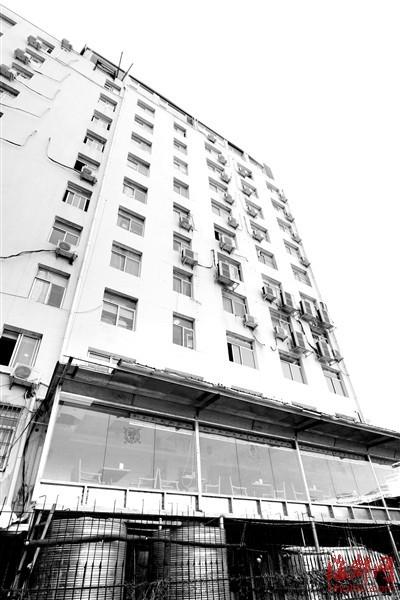 莆田酒醉男子酒店九楼坠下 砸穿底楼天花板生还