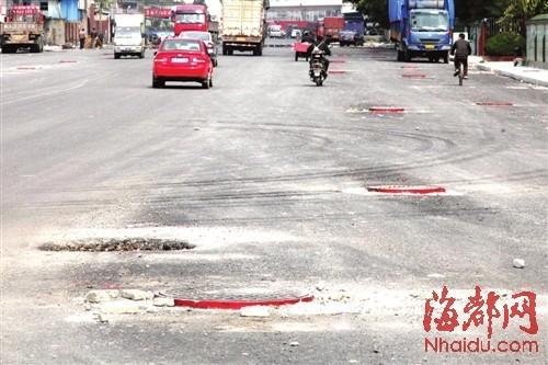 福州50多个窨井突出路面 司机感叹:比驾考还难