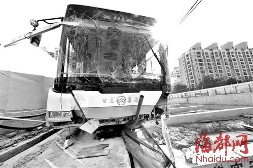 公交车一头扎进地铁工地,左前轮悬空在数米深的基坑上