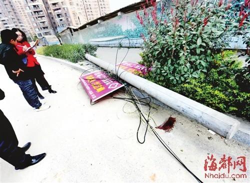 电线杆被渣土车扯倒砸中依姆,现场还留有血迹