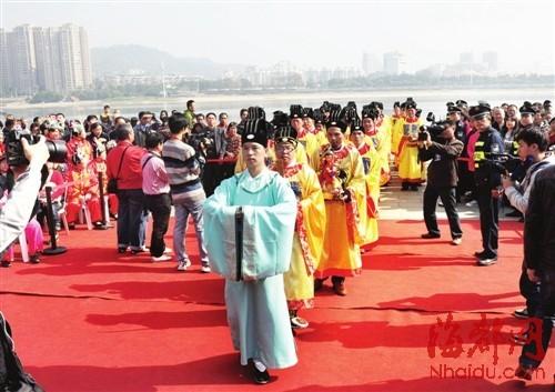 两岸各宫观的代表将从各自宫观恭请的神像安座主祭台上