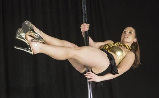 组图:美国举行钢管舞锦标赛百人参加