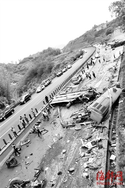 客车面目全非 路边护栏被卷到路中