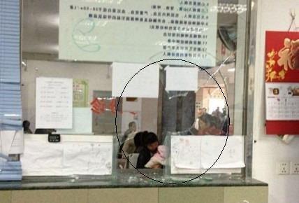 急诊科钢化玻璃窗被砸了一个洞(图中加圈处)