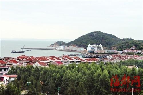 """湄洲岛的民房""""平改坡""""工程,将民房屋顶统一刷成了红色"""
