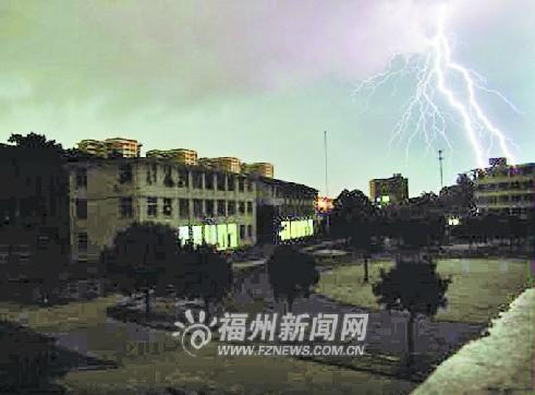 雷雨冰雹袭榕城 温情片段闪现