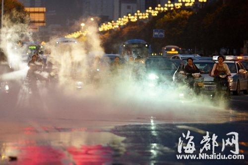 福州温泉管破裂雾漫五四路 宛若云海