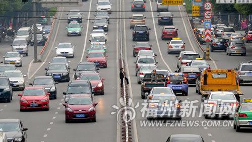 福州男子跨栏过街被撞身亡 沿线乱穿马路频现