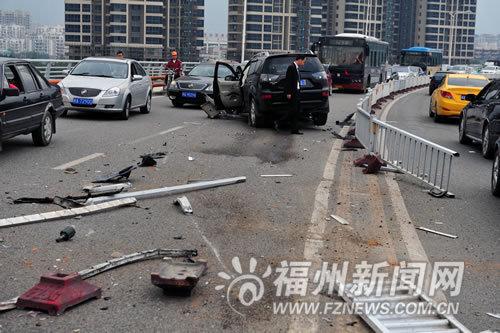 福州:司机油门当刹车撞飞护栏 对面的士被砸