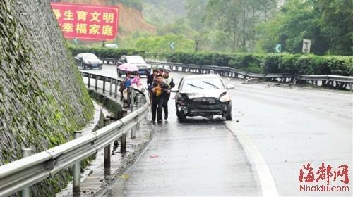 漳龙高速路小车失控打转 车后窗被撞破男童飞出