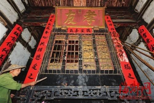 下坂厝祖厅神龛前,屏风虽有铁栅栏护着,还是遭了贼手。陈氏后人称,这四块屏风曾有人出价600万元