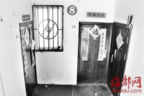 案发的套房(左)已被警方贴上封条,对门是嫌犯的住所