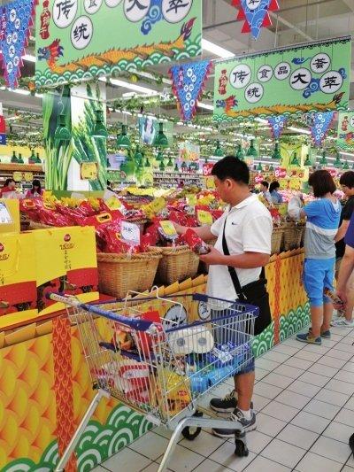 端午节,福州市民正在选购粽子