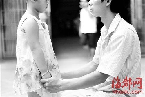 孩子患上这怪病,父母带着她四处寻医,但都不奏效,让一家人很忧愁