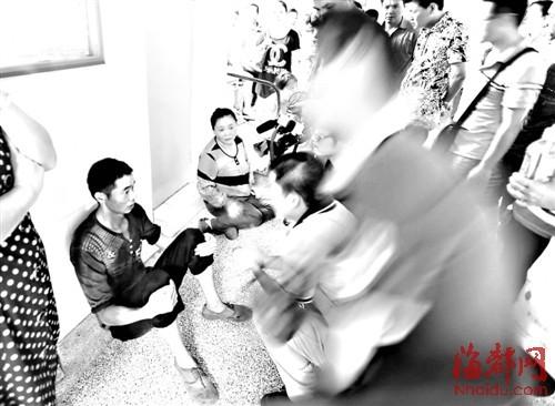 民房内母子无辜被砍伤,亲属获知后赶到医院,瘫坐地上