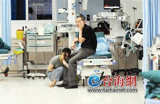 张女士和父亲在医院接受治疗