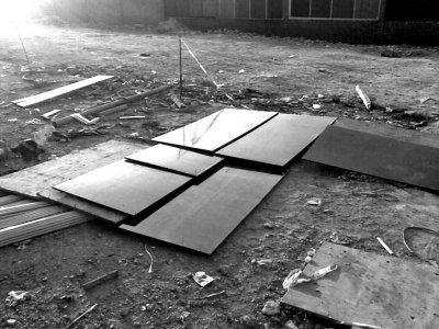 据工友介绍,坠楼者蒋女士就掉落在遮板盖着的地方就掉落在遮板盖着的地方。