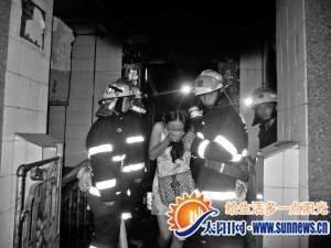 着火摩托车引发大火,楼内3人被困,所幸无人伤亡