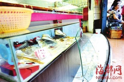 店内一片狼藉 ,店主说柜台不是钢化玻璃 ,很容易被敲碎