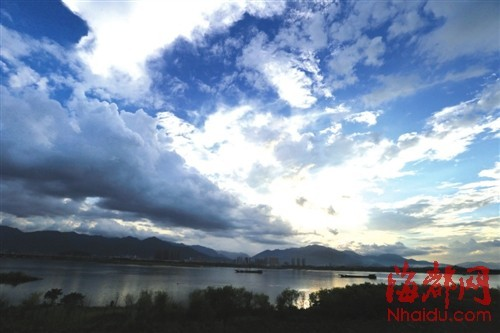 近日福州晴雨交加,空气清新。前日下午5点,雨后的乌龙江上云气翻涌