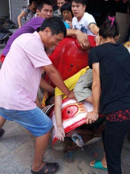 干爹魏先生赶来后,叫来人合力把小孩从摇摇车中救下,送医抢救已来不及(家属供图)