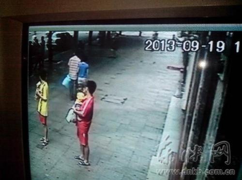 监控视屏显示,郭先生一家与的哥张师傅发生争执后,下车站在路边