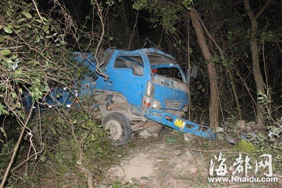 坠下山崖的小货车受损严重