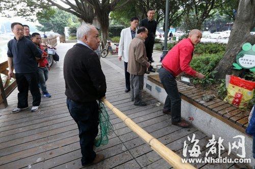 在执法人员劝说下,两个在晋安河捕鱼的市民离开现场