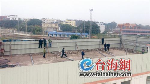 ▲昨日上午,殿前一厂房顶楼700平方米的违建被一一拆除