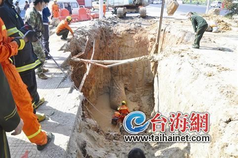 大坑坍塌埋住一施工工人