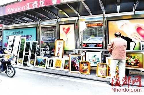 广达路汇多利公交车站,有人卖字画