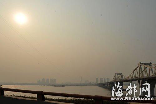 昨日下午5点左右,福州乌龙江畔的天空仍然是灰蒙蒙的