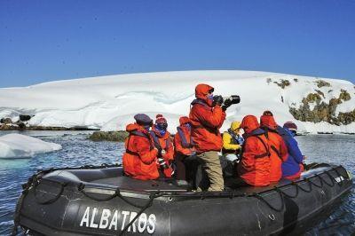 陈爸带着儿子每天坐冲锋舟登上南极大陆