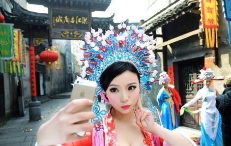 湖南景区现豪乳性感女财神被称史上最灵女财神