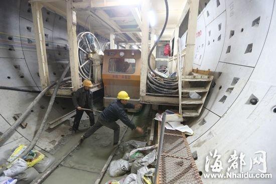 地铁工人正在盾构机中处理隧道渣土