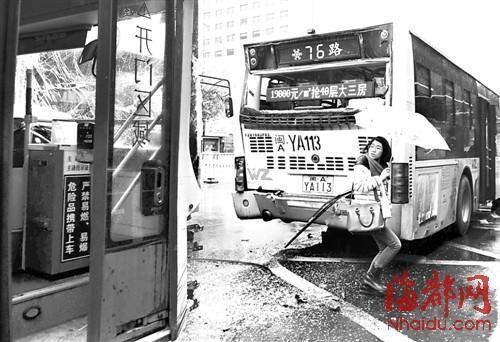 两辆公交车追尾后停在路边,一名女孩撑伞穿过满是碎渣的路面