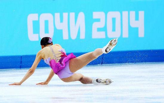 2014年2月8日,索契,2014索契冬奥会花滑团体赛,日本名将浅田真央在短节目中意外失误摔倒。
