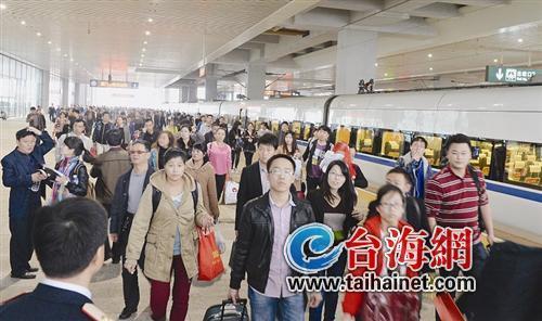 """昨日上午仍有上百旅客到厦门火车站乘车,吃了""""闭门羹"""""""